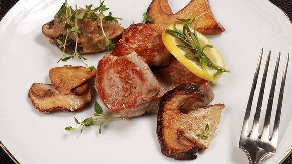 Schweinefilet mit gebratener Zitrone und Auberginen-Pilz-Gemüse