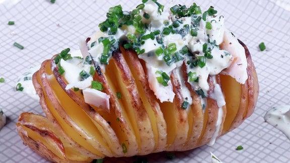 Haselbackenkartoffeln mit Kräuterremoulade und lauwarmen Räucherforellenfilets