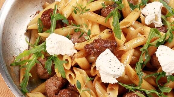 Pasta mit Honig-Zwiebeln und Salsiccia