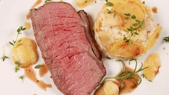Geschmortes Roastbeef mit Apfel-Meerrettich Kompott und Apfel-Kartoffel-Gratin