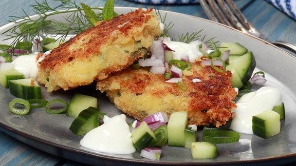Knuspriger Käse-Taler mit rahmigem Gurken-Dill-Salat