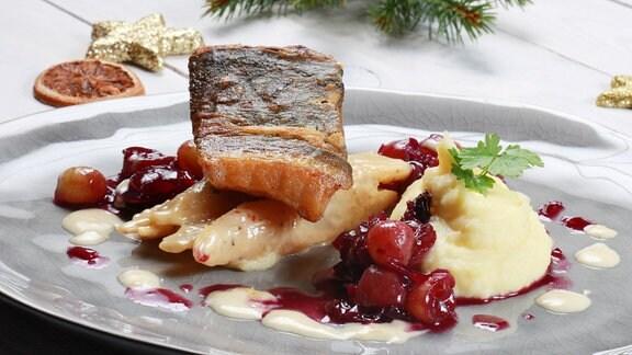 Kross gebratenes Karpfenfilet mit glasierten Trauben-Zwiebeln und cremigen Schwarzwurzeln