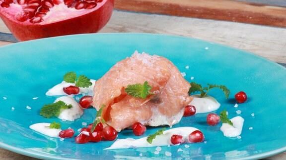 Lachsplätzchen mit Granatapfel-Minz-Joghurt