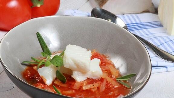 Bunter Fischtopf mit Tomaten und Weißkraut