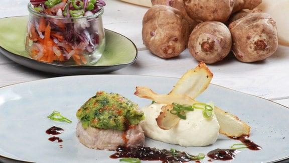 Gratiniertes Schweinefilet mit gebackenen Topinambur und Rotkohl-Rettich-Salat