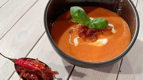 Cremige Tomatensuppe mit Joghurt und Parmaschinken
