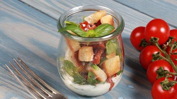 Rucola-Salat mit Röstbrot und Gorgonzola-Dressing