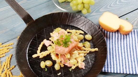 Geschmolzene Strozzapreti mit Lachs, Scamorza und Trauben
