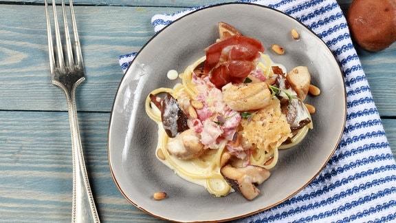 Cremige Spaghetti mit Pilzen und knusprigem Parmesan