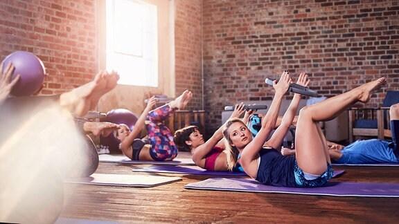 Frauen machen eine Pilates-Übung