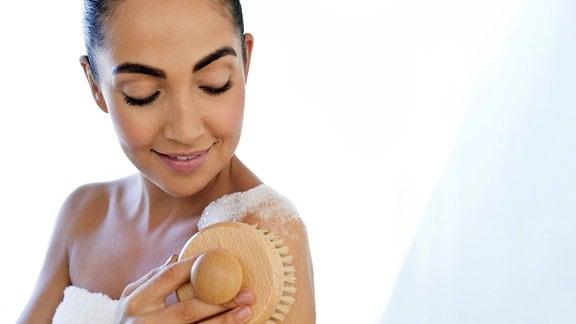 Eine Frau bei der Hautpflege