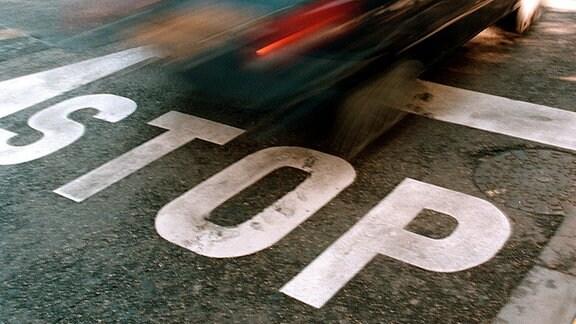 Ein Autofahrer überfährt ein Stoppschild