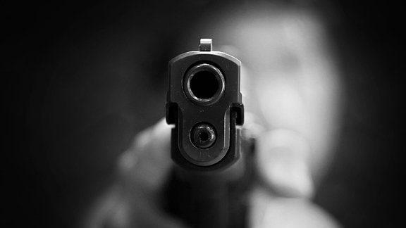 Eine vorgehaltene Pistole
