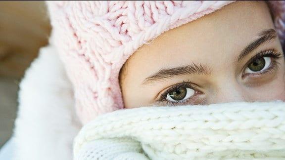 Frau mit Mütze und Schal