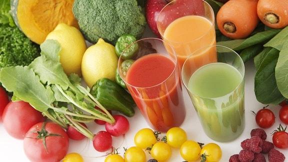 Gläser frischen Saft aus verschiedenen Früchten.
