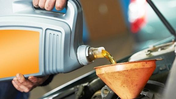 Ölwechsel in der Autowerkstatt