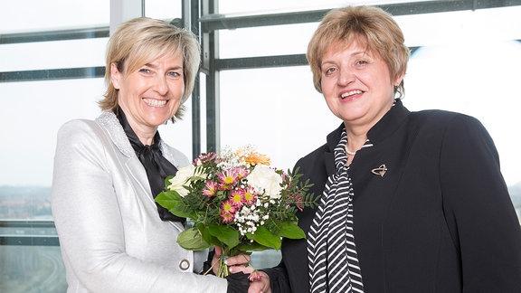 Intendantin Karola Wille gratuliert der neuen Verwaltungsratsvorsitzenden Birgit Diezel zur Wahl