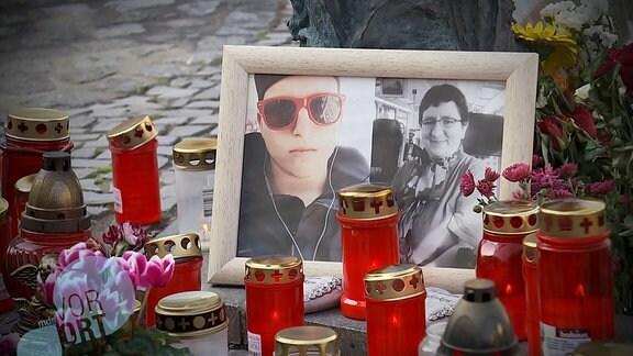 ein Foto der Opfer und Kerzen in Halle