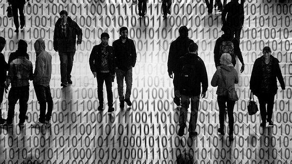 Silhouetten von Personen mit Binärzahlencode