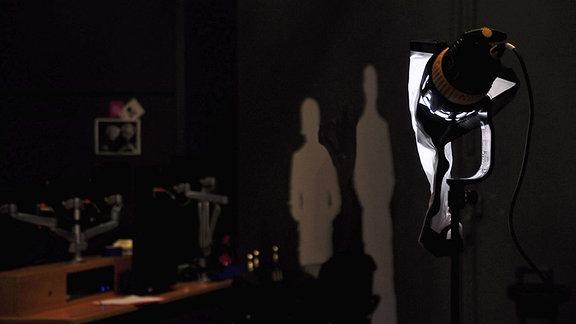 Scheinwerfer in dunklem Studio
