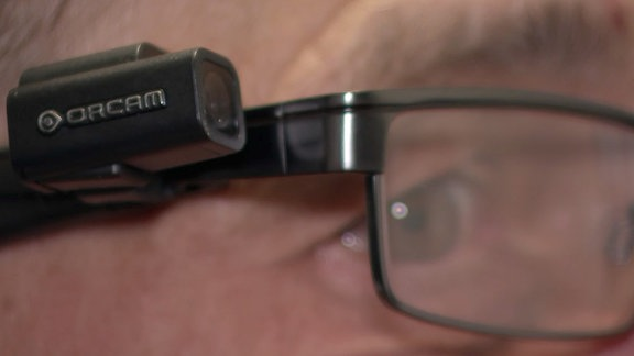 Eine Kleinstkamera wurde am Bügel einer Brille befestigt.
