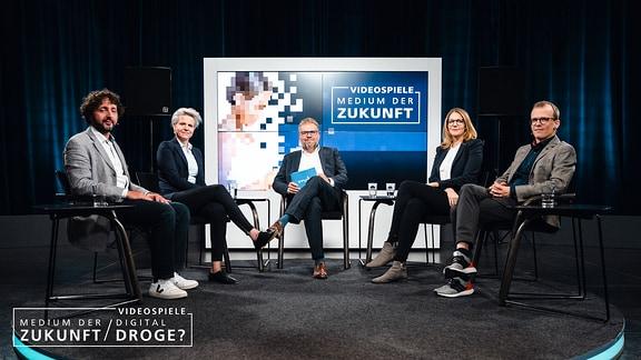 """Die Diskutanten auf dem Podium v.l.n.r.: Hamid Baroua (Drehbuchautor """"PLAY""""), Dr. Astrid Carolus (Medienpsychologin), Steffen Grimberg (MEDIEN360G), Elisabeth Secker (USK), Christian Groß (Suchttherapeut)"""