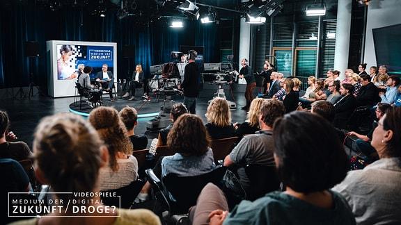 Das Publikum folgt aufmerksam der Diskussion auf dem Podium.