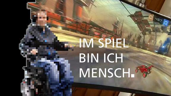 """Verpixelter Rollstuhlfahrer vor Videospiel und der Schriftzug """"Im Spiel bin ich Mensch."""""""