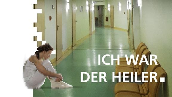 Weiß gekleidete Person sitzt auf einem Flur in einem Krankenhaus.