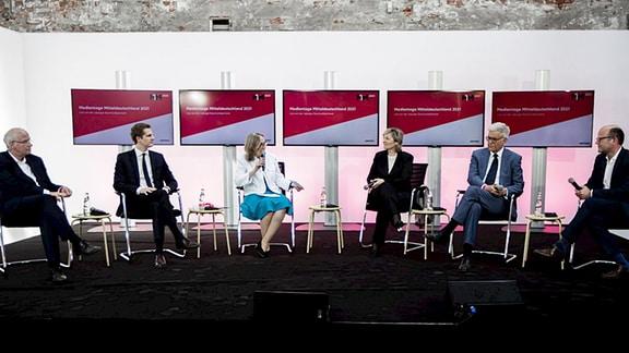 Gesprächsgäste auf einem Podium der Medientage Mitteldeutschland.