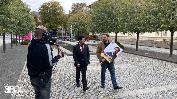 Dr. Reza Kazemi und Markus Hoffmann im Gespräch vor dem Landtag in Erfurt.