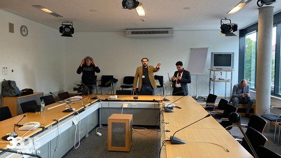 Dr. Reza Kazemi und Markus Hoffmann bei der Aufzeichnung eines Statements.