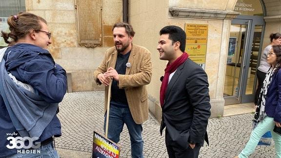 Dr. Reza Kazemi und Markus Hoffmann im Gespräch mit Passanten in Erfurt.