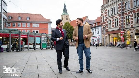 Dr. Reza Kazemi und Markus Hoffmann im Gespräch auf dem Anger in Erfurt.