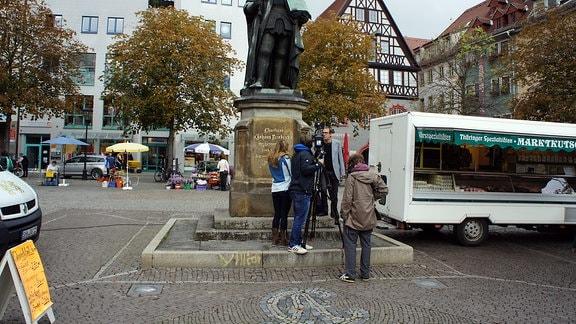 Interview-Situation auf dem Jenaer Markt, mit Hanfried und Verkaufsstand