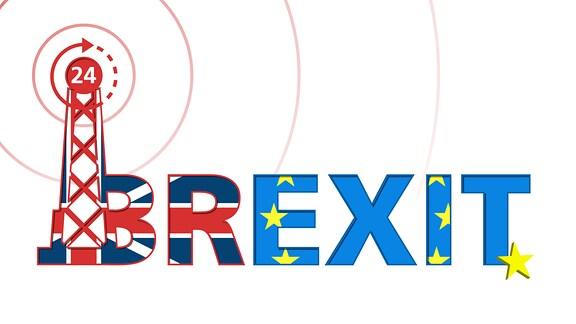 Sendemast sowie Schriftzug Brexit in den Flaggenfarben Großbritanniens und der EU.