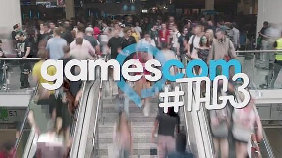 """Schriftzug """"gamescom"""" #Tag3. Im Hintergrund ein Foto mit Menschen auf Rolltreppen und Stufen."""