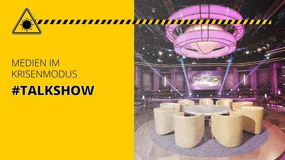 Fernsehstudio mit Sesseln. Außerdem der Schriftzug: Medien im Krisenmodus #Talkshow
