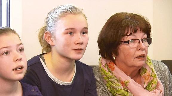 2 Mädchen und eine ältere Dame