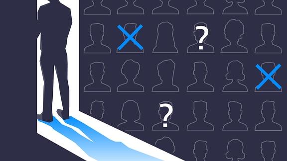 Person steht im Lichtkegel einer geöffneten Tür. Porträtumrisse verschiedener Typen sind mit Fragezeichen oder Kreuzen versehen.