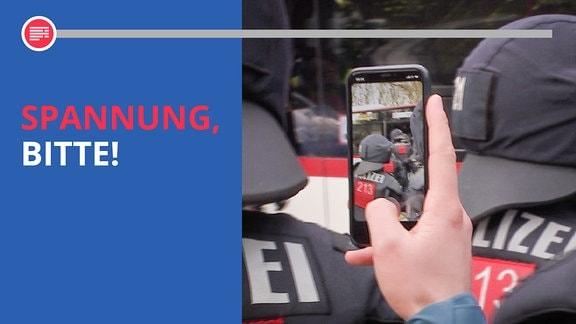 Hand mit Handy fotografiert Polizisten von hinten. Dazu der Schriftzug: Spannung, bitte!.