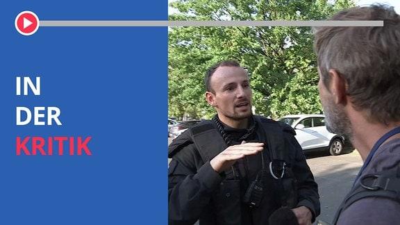 """Foto eines Polizisten in der Diskussion mit einem Journalisten. Dazu der Schriftzug """"In der Kritik""""."""