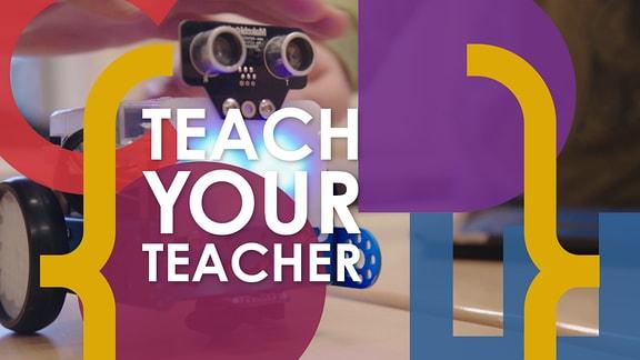 """Schriftzug """"Teach your teacher to code"""" zwischen zwei geschwungen Klammern im Hintergrund ein Roboterkopf mit zwei Kameralinsen als Augen."""