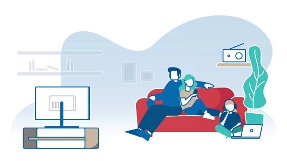 Illustration einer Familie im Wohnzimmer mit Fernseher, Radio und Smartphone.