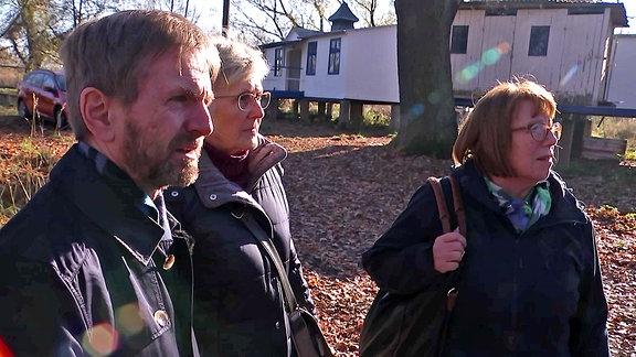 Holger Schmidt mit Sigrid Heider und Helga Sinner vom Verein Rehsumpf e.V.