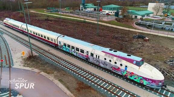 Lokomotive und Eisenbahnwaggons.