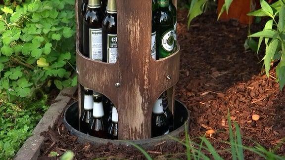 Bierflaschen in einem Metallbehälter