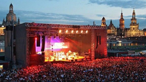 Sänger Roland Kaiser während eines Konzertes anlässlich der - Filmnächte am Elbufer - in Dresden