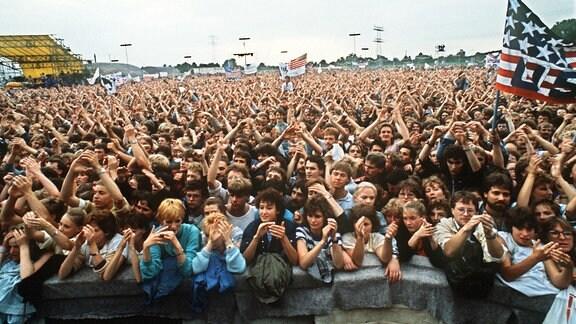 Blick über die rund 150 000 Fans beim Konzert des amerikanischen Rockmusikers Bruce Springsteen am 21. Juli 1988 in Ost-Berlin .