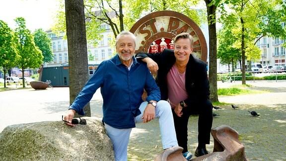 Wolfgang Stumph und Arne Platzbecker am Harald-Stender-Platz, FC St. Pauli.